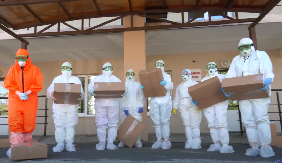 100 новых ярких защитных костюмов пополнили «гардероб» медиков 1 • ТД «БелФУТ»